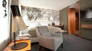 1 slaapkamer, een kluis op de kamer, een bureau