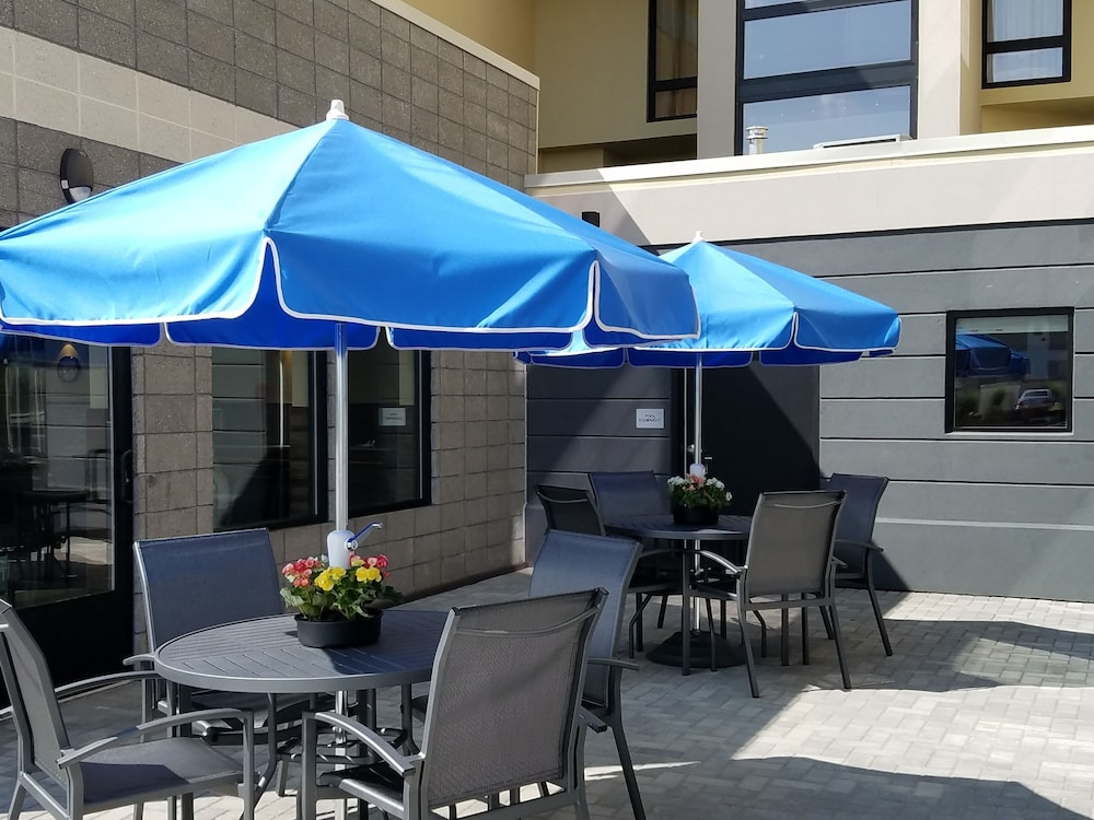 Terrace/Patio, Fairfield Inn & Suites Springfield Holyoke