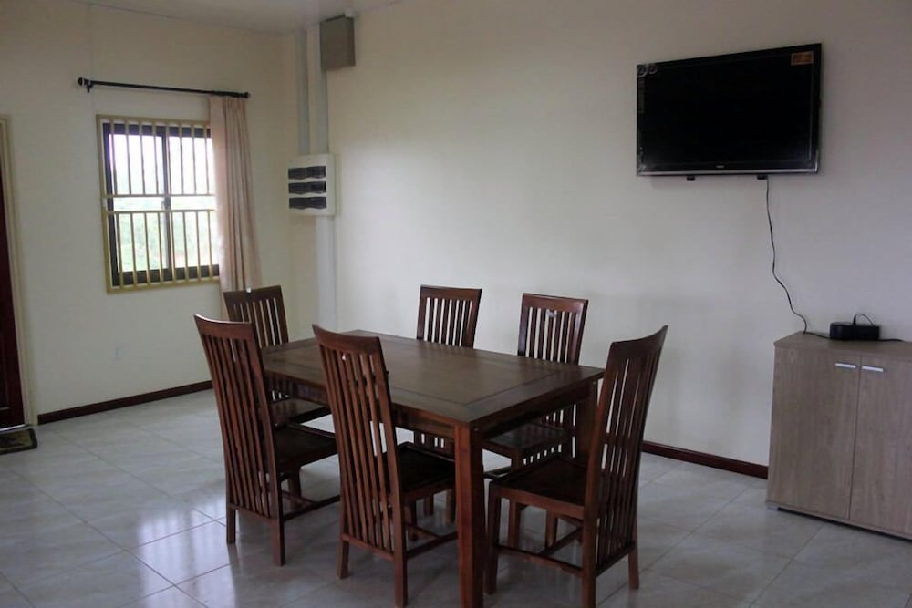In-Room Dining, Arcton Apartments