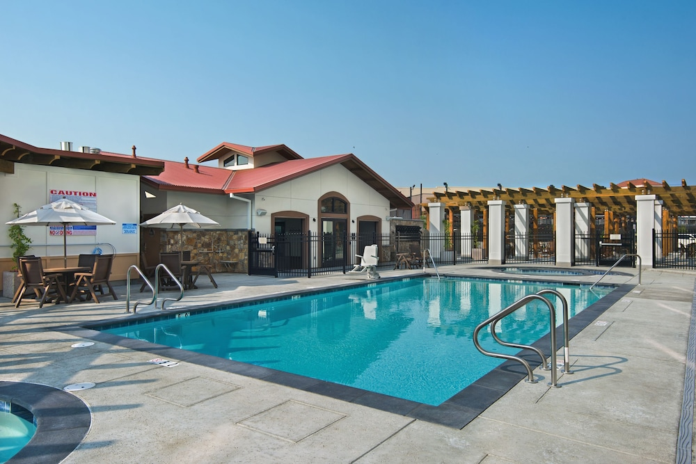 Outdoor Pool, Oxford Suites Sonoma County
