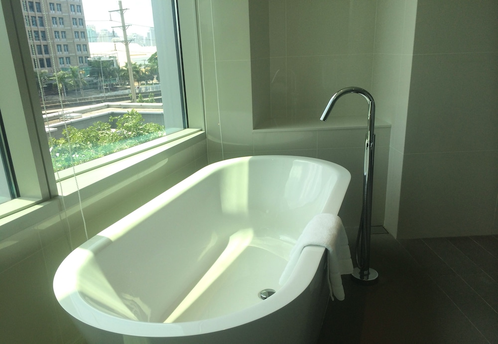 Deep Soaking Bathtub, Modena by Fraser Bangkok