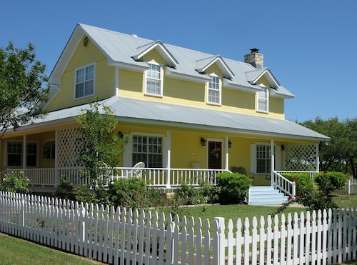 Great Place to stay Yellow House Bed and Breakfast near Salado