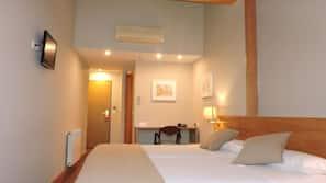 Minibar, escritorio, cortinas opacas y camas supletorias (de pago)