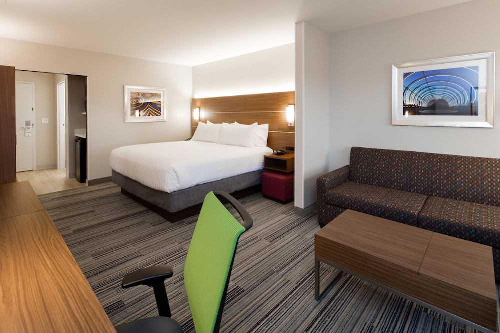 Room, Holiday Inn Express & Suites East Peoria - Riverfront, an IHG Hotel