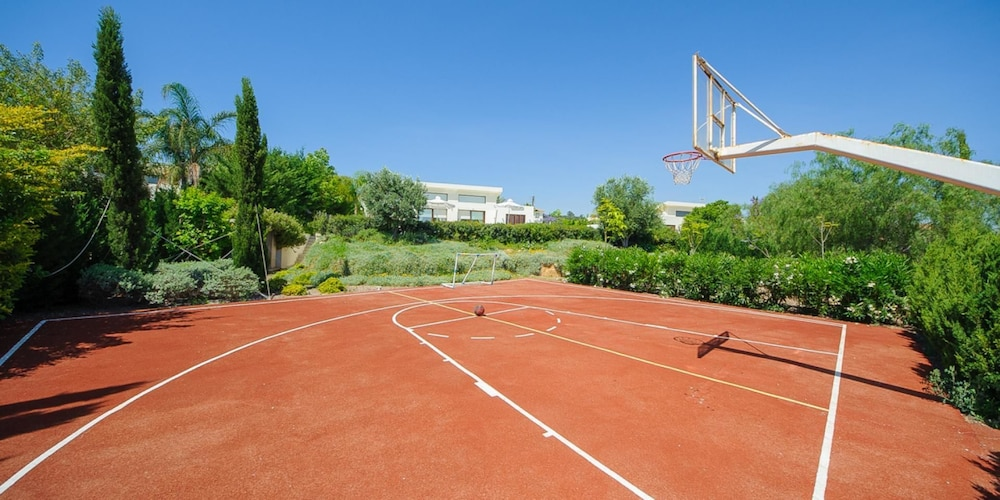 Oceanview luxury villa 069 protaras cyp expedia for Personal basketball court