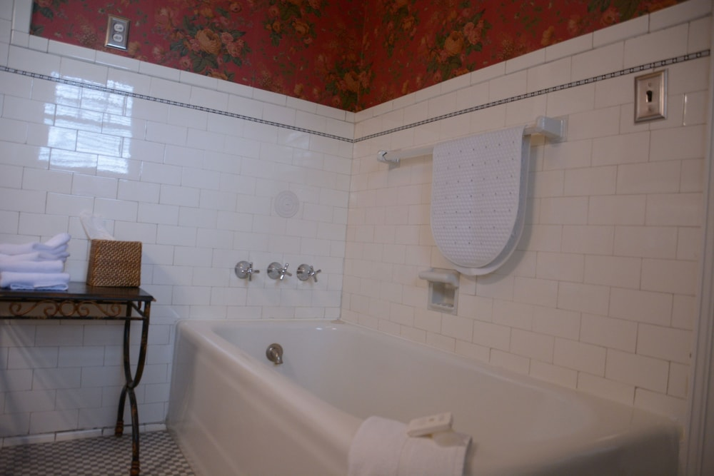 Deep Soaking Bathtub, Bluff View Inn