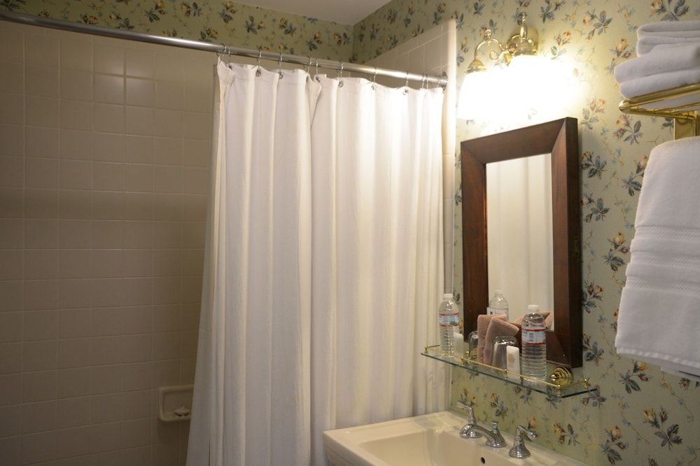 Bathroom Shower, Bluff View Inn