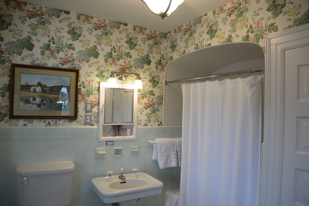 Bathroom, Bluff View Inn
