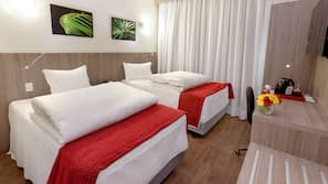 Värdeförvaringsskåp på rummet, skrivbord och strykjärn/strykbräda