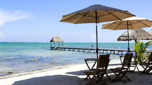 Playa privada, tumbonas, sombrillas y toallas de playa