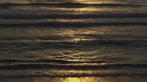 Na praia, espreguiçadeiras, massagens na praia