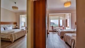 Hochwertige Bettwaren, Zimmersafe, Schreibtisch, kostenloses WLAN