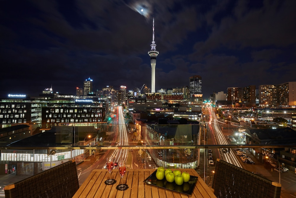 Auckland Airport Hotel Transfer Shuttle Bus | The Yellow Bus