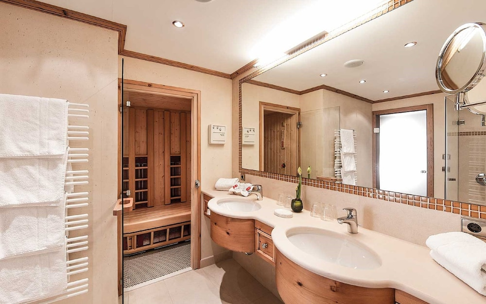 Bathroom, Anthonys Alpin Hotel