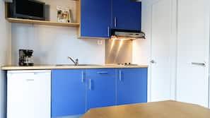 Fridge, hob, cookware/dishes/utensils