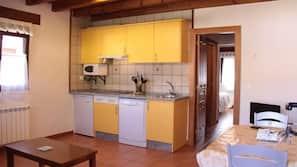 Frigorífico, microondas, placa de cocina y lavavajillas