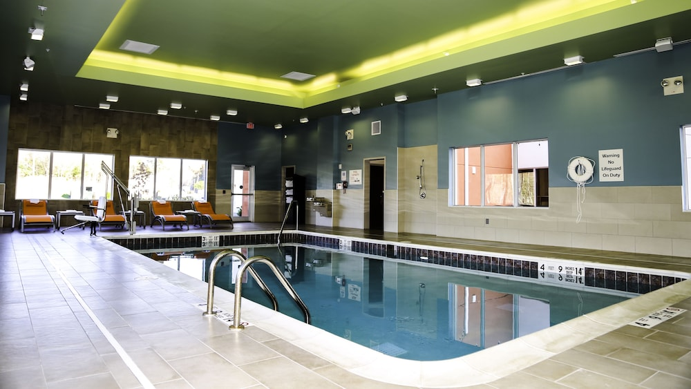 Pool, Holiday Inn Express & Suites Kingston-Ulster, an IHG Hotel