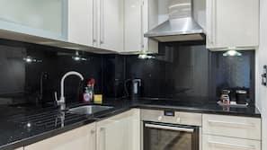 Stort kylskåp, mikrovågsugn, ugn och spishäll