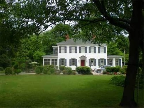 Great Place to stay Oak Manor Inn near Hartsville