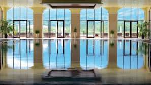 Een binnenzwembad, een seizoensgebonden buitenzwembad