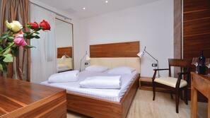 8 bedrooms, desk, cribs/infant beds, bed sheets