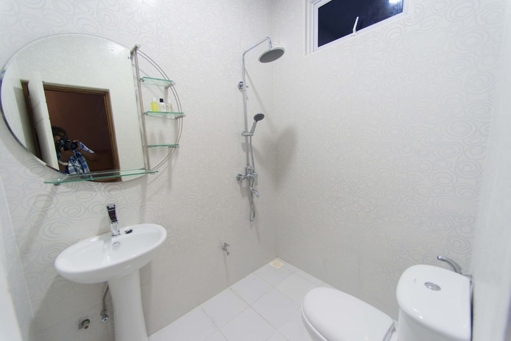 Bathroom, Mala Maldives Dhangethi