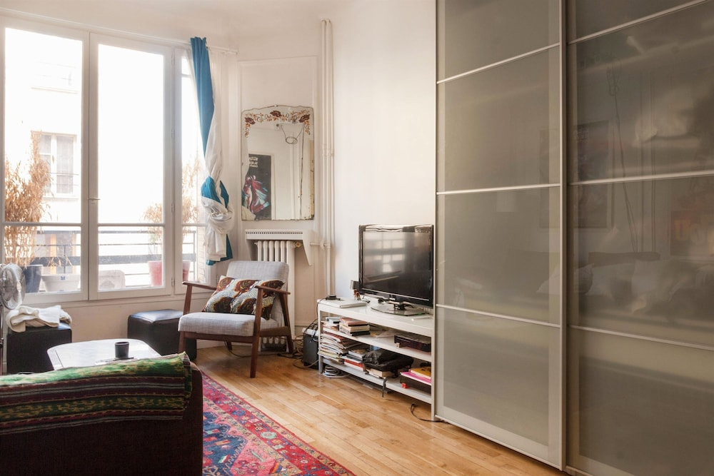 Modern studio center of paris smartrenting deals for Modern image studios reviews