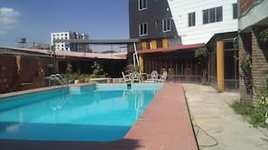 Una piscina al aire libre