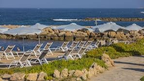 Plage à proximité, chaises longues, parasols, bar de plage