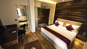 书桌、遮光窗帘、折叠床/加床(额外收费)、免费 WiFi