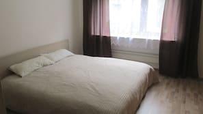 Hochwertige Bettwaren, Schreibtisch, Bügeleisen/Bügelbrett