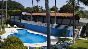 Una piscina al aire libre (de 8:00 a 20:00), sombrillas
