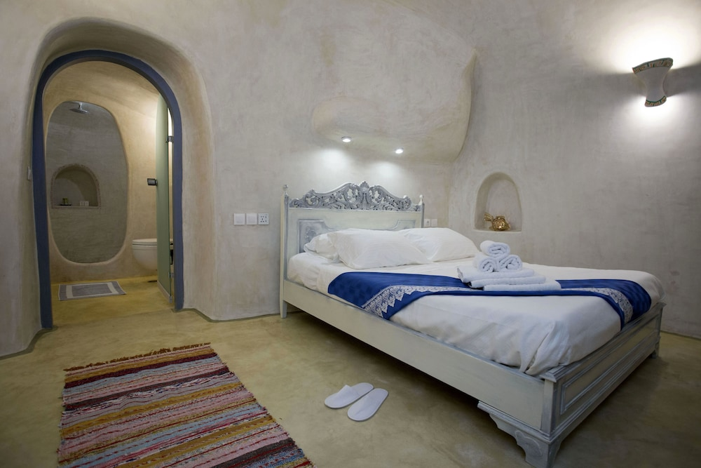 Room, Aura Caves