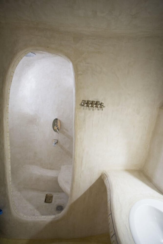 Bathroom, Aura Caves