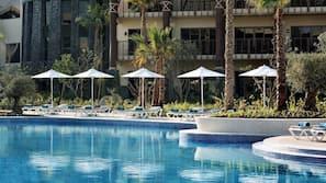 3 piscinas al aire libre (de 8:00 a 19:00), sombrillas, tumbonas