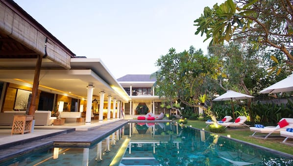 9 kolam renang outdoor