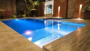Una piscina cubierta
