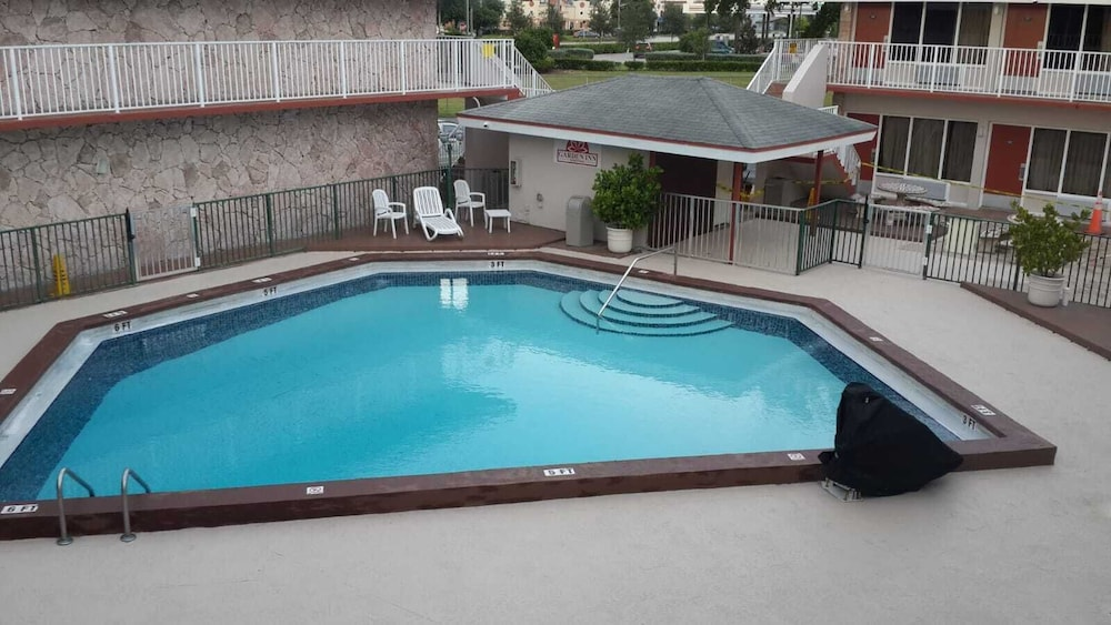Outdoor Pool, Garden Inn Homestead