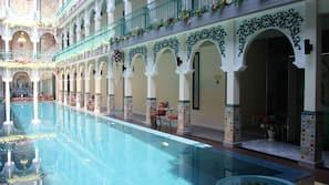 室外泳池;07:00 至 21:00 開放;泳池傘