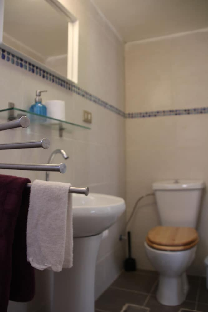 Book hawa guest house amman hotel deals for Z gallerie bathroom guest book