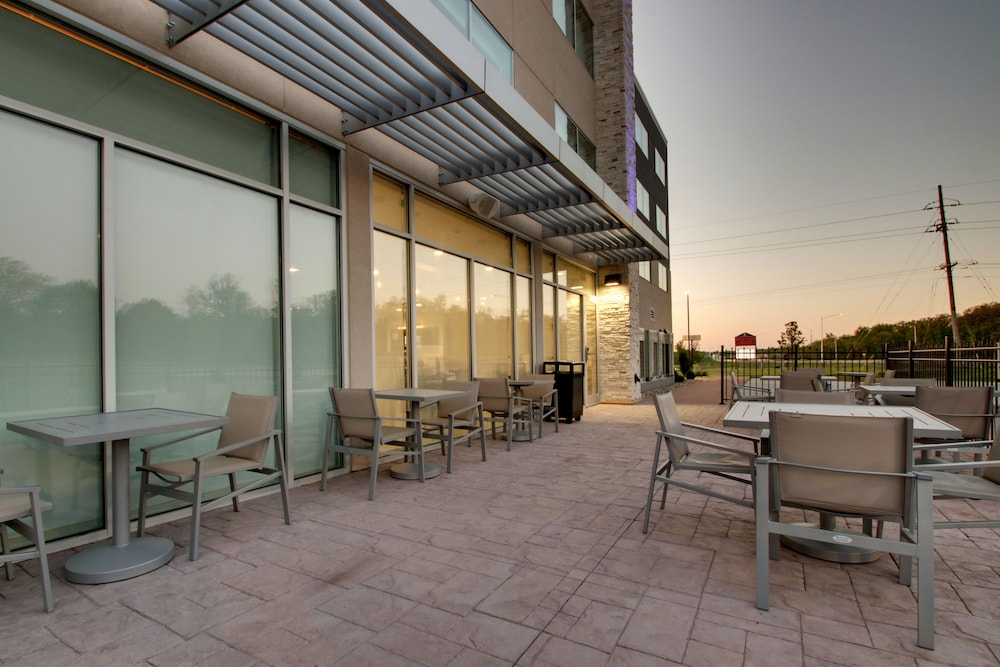 Terrace/Patio, Holiday Inn Express & Suites Mount Vernon, an IHG Hotel