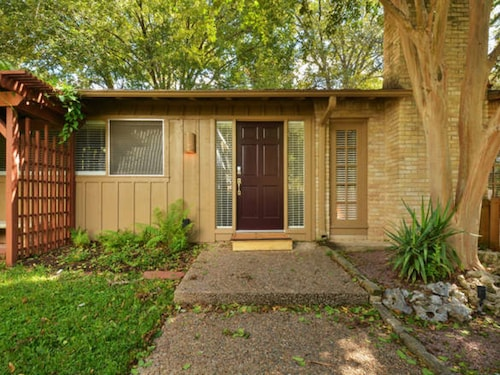 1BR Superb Tarrytown Townhouse Close to Lake Austin by RedAwning