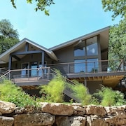 3BR 3BA Downtown Lake Austin Escape by RedAwning