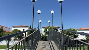 Ulkouima-allas avoinna 12.00–21.00, aurinkovarjoja