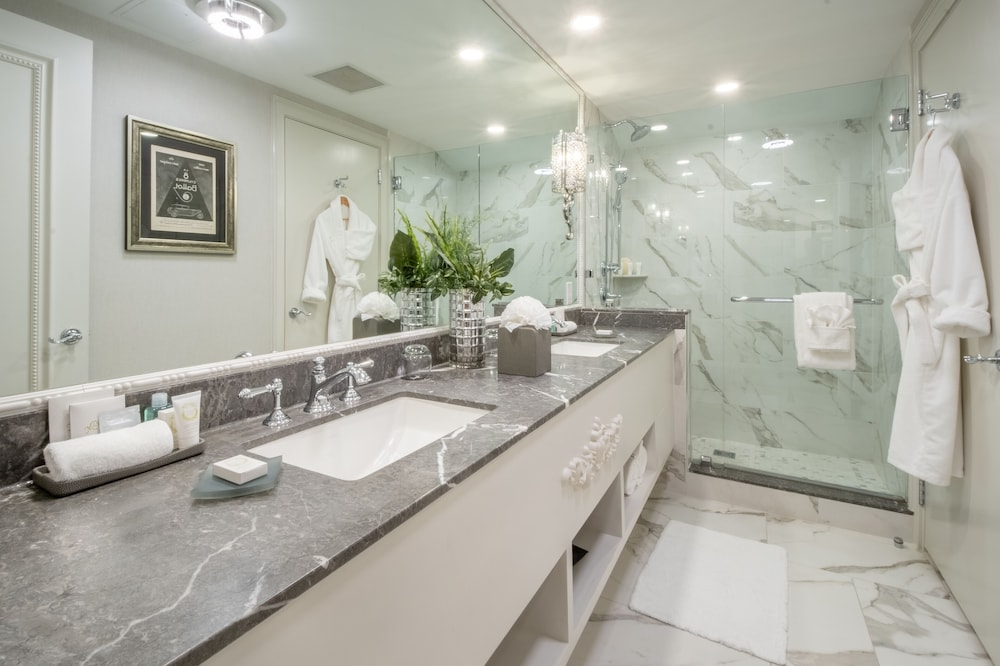 Bathroom, The Ivey's Hotel