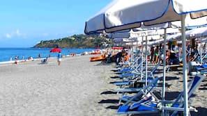 Sulla spiaggia, lettini da mare, ombrelloni, immersioni subacquee