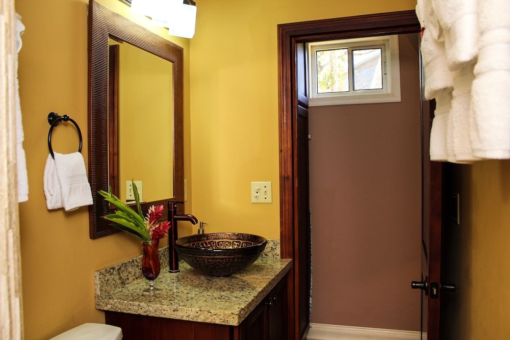 Bathroom, Rock Point Villas Vacations Rentals Sandy Bay, Roatan, Honduras.c.a