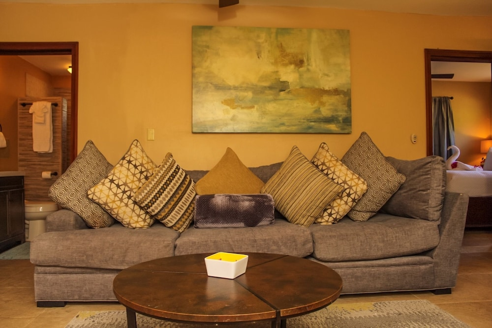 Living Area, Rock Point Villas Vacations Rentals Sandy Bay, Roatan, Honduras.c.a