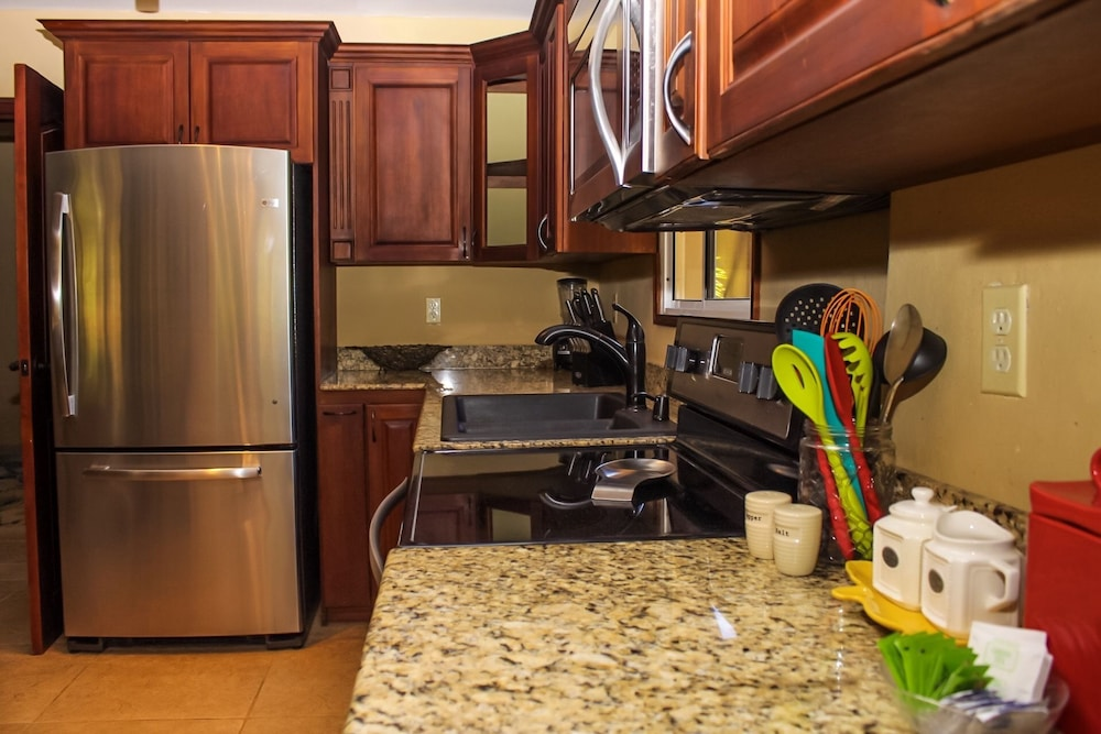 Private Kitchen, Rock Point Villas Vacations Rentals Sandy Bay, Roatan, Honduras.c.a