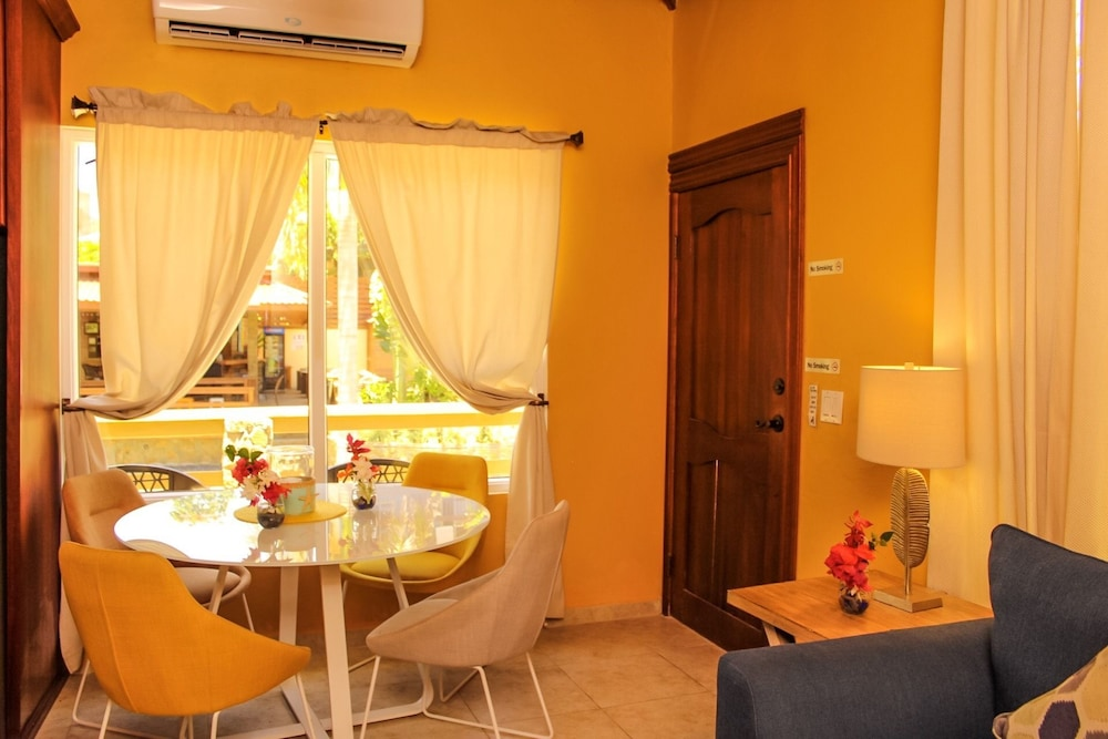 In-Room Dining, Rock Point Villas Vacations Rentals Sandy Bay, Roatan, Honduras.c.a